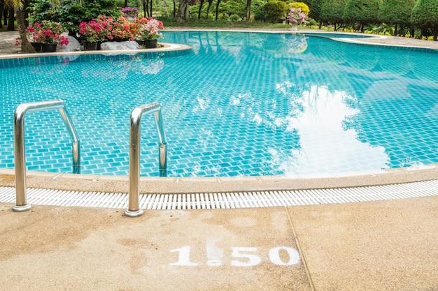 Escaleras en la piscina