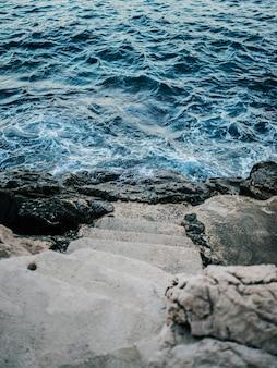 Escaleras que conducen al mar.