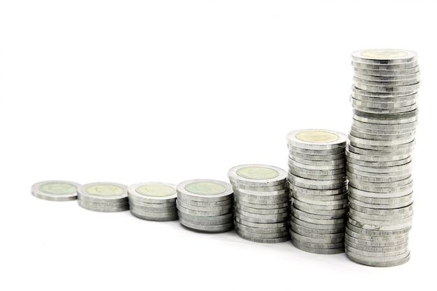 Escaleras a la riqueza, paso de monedas de dinero.
