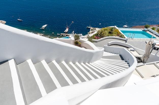 Escaleras sobre una piscina en santorini