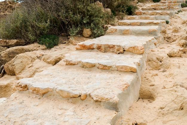 Escalones de piedra natural.