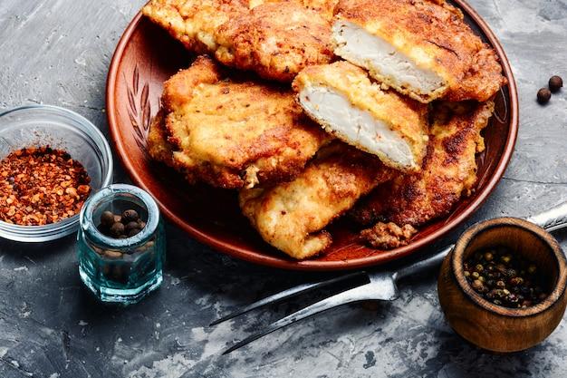 Escalope de pollo en un plato
