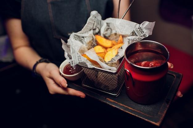 Escalope vienés con bandeja de patatas fritas de camarero.