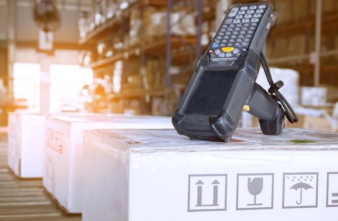 Escáner de código de barras bluetooth en la fábrica de almacenes