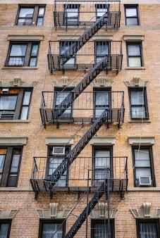 Escapar escaleras de incendios en nueva york