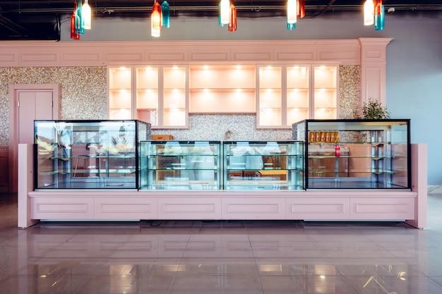 Escaparate de vidrio vacío en una nueva cafetería, nadie
