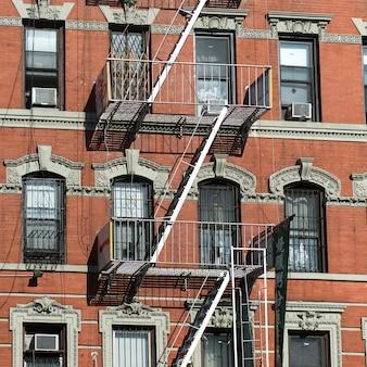 Escape de fuego fuera de un edificio, manhattan, nueva york, estado de nueva york, estados unidos