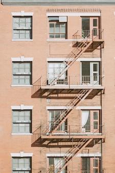 Escape de fuego típico en los edificios de nueva york
