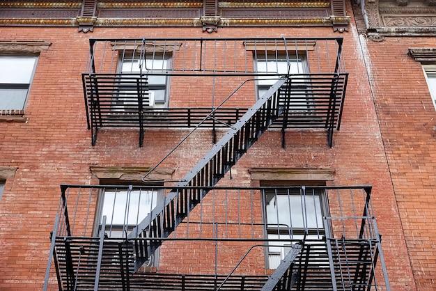 Escape de metal negro en brooklyn