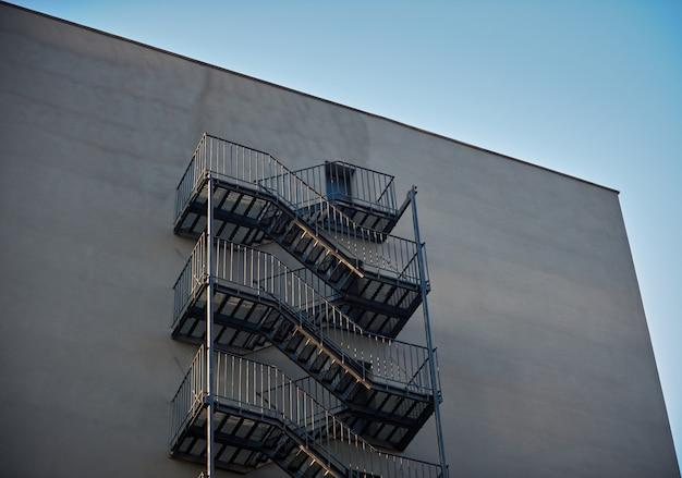 Escapes de incendio externos en un edificio moderno