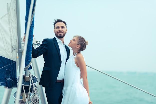 Escena de amor de los enamorados en un yate de lujo, marido y mujer.