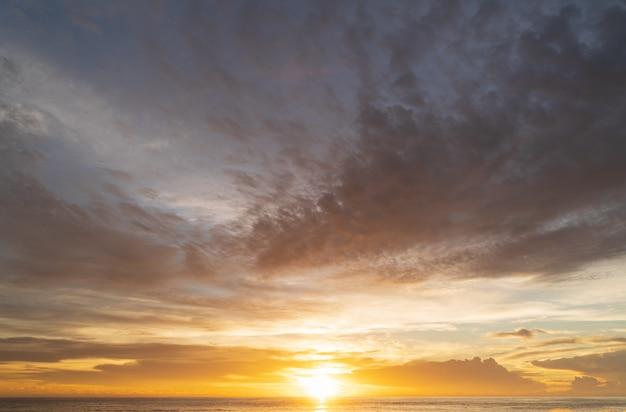 Escena asombrosa abstracta de aturdimiento puesta del sol colorida con el fondo de las nubes en concepto de la naturaleza y del viaje, tiro granangular tiro del panorama.