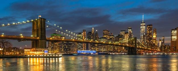 Escena de banner y portada del paisaje urbano de nueva york con el puente de brooklyn sobre el río este