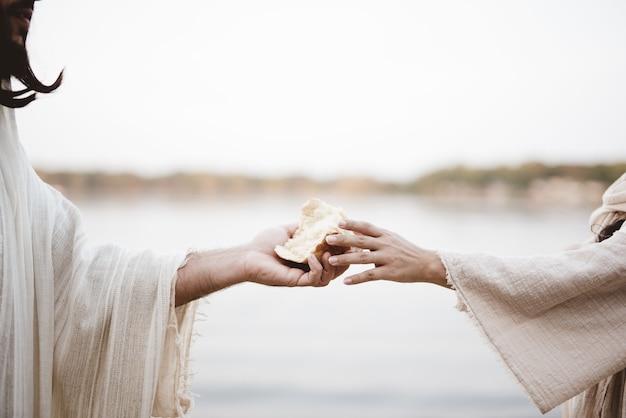 Escena bíblica - de jesucristo repartiendo pan