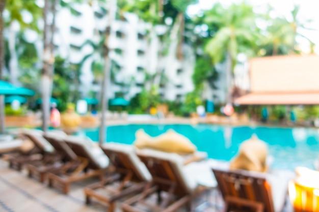 Escena borrosa de piscina al aire libre en hotel resort