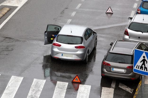 Escena de un coche averiado en una calle de la ciudad
