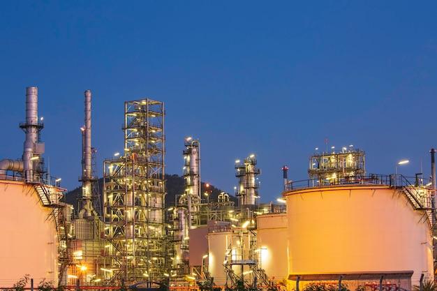 Escena crepuscular de la planta de refinería de petróleo del tanque y la columna de la torre de la industria petroquímica en la construcción del sitio