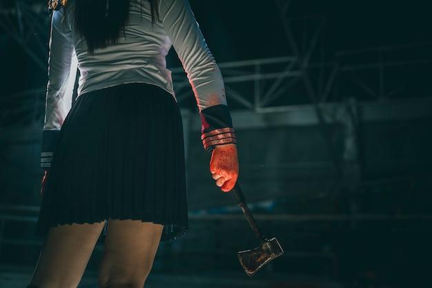 Escena del crimen y horror con chica asesina con sangre, concepto de halloween.
