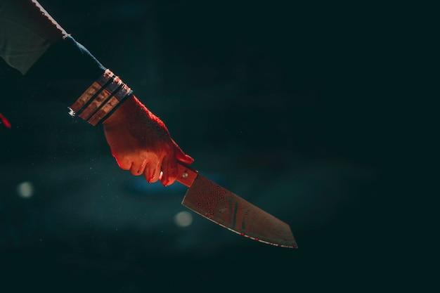 Escena del crimen y horror con chica asesina con sangre
