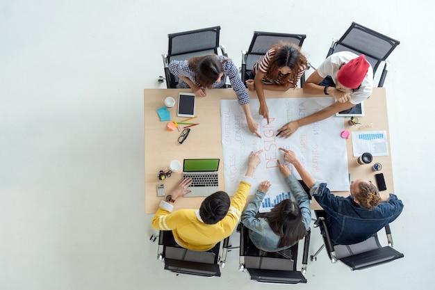 Escena de vista superior de empresarios asiáticos y multiétnicos con traje casual trabajando