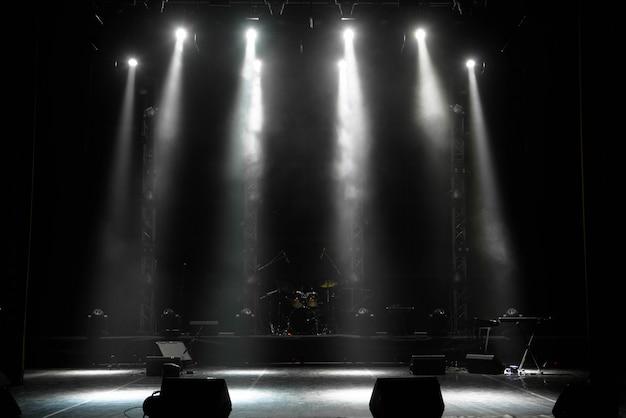Escena, escenario de luz con focos de colores y humo.