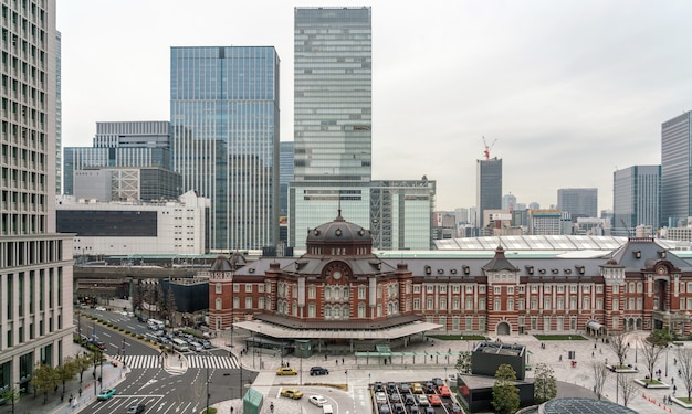 Escena de la estación de tren de tokio desde la terraza en la tarde, arquitectura