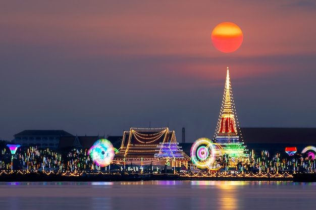 Escena hermosa de la puesta del sol en phra samut chedi, samut prakan, tailandia.