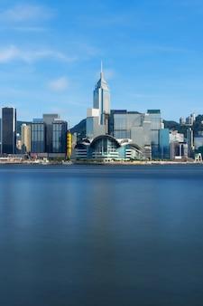Escena del lado del río de hong kong cityscape en la tarde con la nube lisa en el puerto de victoria