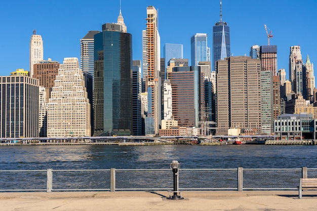 Escena del lado del río del paisaje urbano de nueva york cuya ubicación es el bajo manhattan, arquitectura y construcción