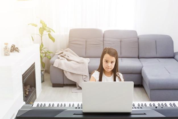 Escena de lecciones de piano, capacitación en línea o aprendizaje en clase electrónica, mientras que el coronavirus se propaga o una situación de crisis covid-19, el vlog o el maestro hacen una lección de piano en línea para enseñar a los alumnos a aprender desde casa.