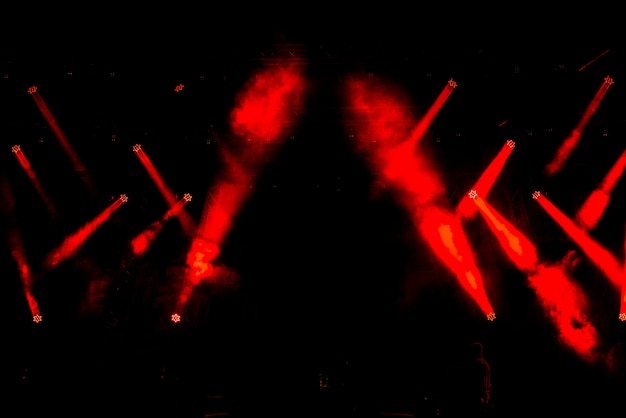 Escena libre con equipo de iluminación multicolor.