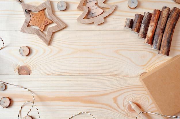 Escena de marco de maqueta con regalos de navidad y piñas