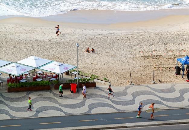 La escena matutina de la playa de copacabana en río de janeiro, brasil, sudamérica