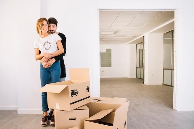 Escena de mudanza con pareja joven