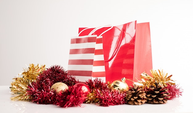 Escena navideña con bolsas de la compra
