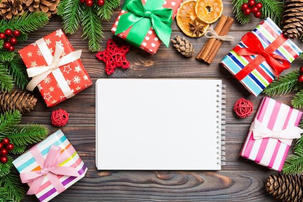 Escena navideña con decoraciones festivas