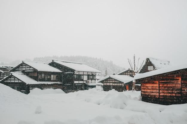 Escena nevada en un pueblo durante el invierno.