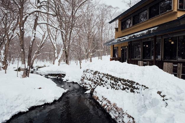 Escena de nieve y hotel