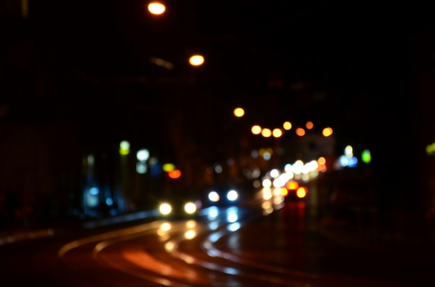 Escena nocturna borrosa de tráfico en la carretera
