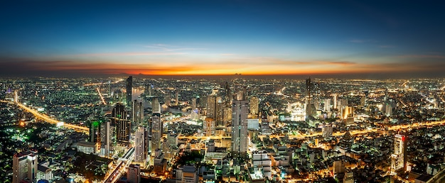 Escena nocturna del paisaje urbano