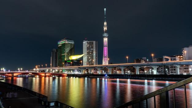 Escena nocturna de tokio