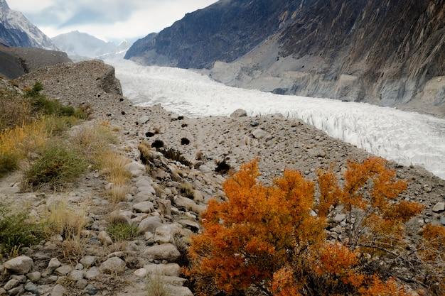 Escena de otoño del glaciar passu. gilgit baltistan, pakistán.
