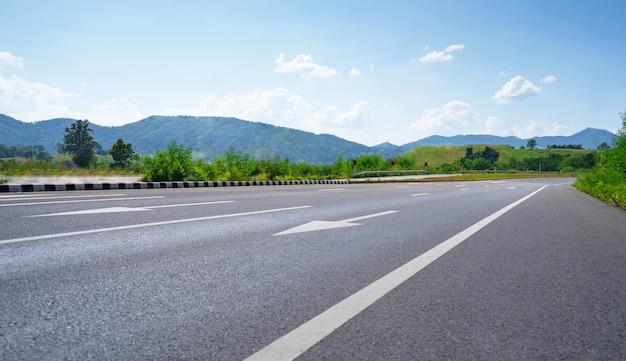 Escena de paisaje pintoresco, camino rural entre las montañas