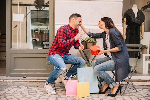 Escena de pareja con regalo