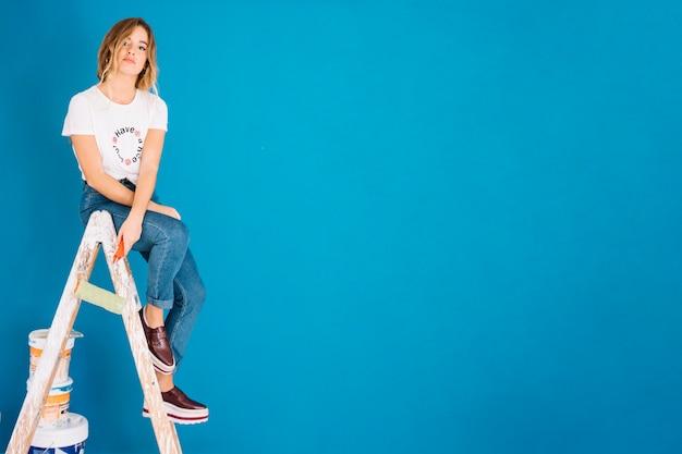 Escena de pintura con mujer en escalera