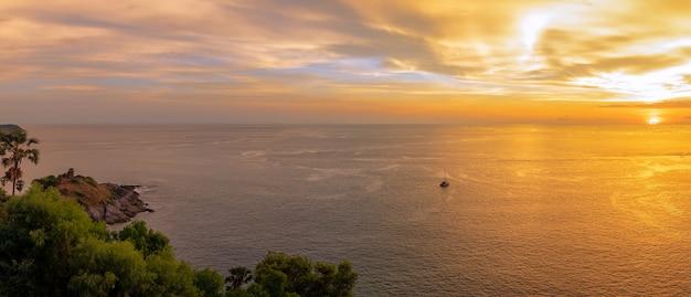 Escena de la puesta del sol en el cabo de phromthep el mejor punto de vista de la puesta del sol de la naturaleza en phuket, tailandia