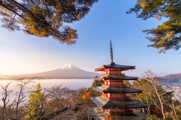 Escena rara de la pagoda chureito y el monte fuji con niebla matutina, japón en otoño