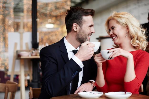Escena romántica de pareja alegre