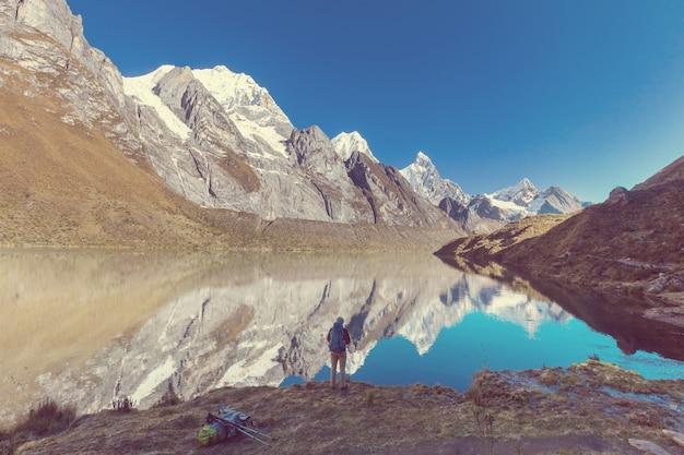 Escena de senderismo en las montañas de la cordillera, perú