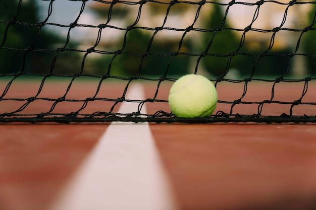 Escena de tenis con red y pelota
